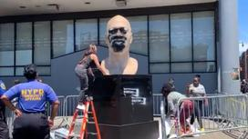 Статуя Флойда была испорчена