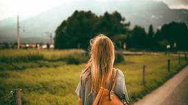 девушка стоит на фоне пейзажа
