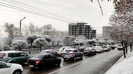 Автомобили стоят в пробке на дороге в Алматы