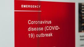 """Надпись """"коронавирусная вспышка"""" на мониторе"""