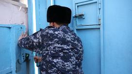Сотрудник СИЗО закрывает дверь