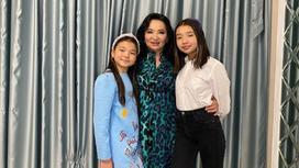 Гульзира Айдарбекова с внучками