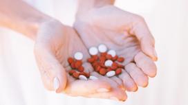 Витамины в руках девушки