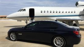 автомобиль стоит рядом с самолетом