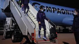 Футболисты спускаются по трапу самолета