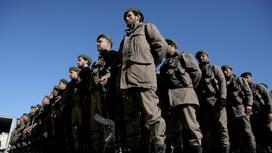 сирийские боевики стоят строем
