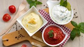 Три вида соуса на столе