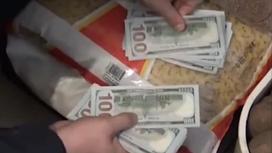 Человек считает доллары