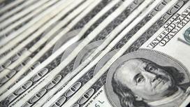 Долларовые банкноты лежат на поверхности