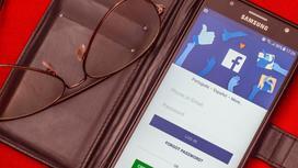 Телефон с открытым приложением Facebook