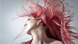 Женщина с розовыми волосами