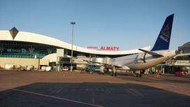 Самолет стоит возле аэропорта
