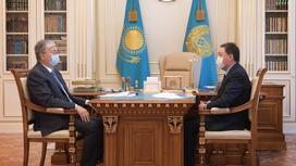 Касым-Жомарт Токаев и Аскар Мамин сидят за столом