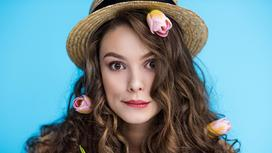 Девушка с цветами в волосах