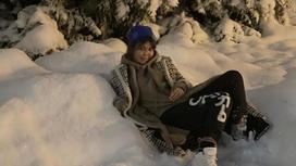Девушка лежит на снегу