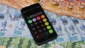 Деньги с калькулятором лежат на столе