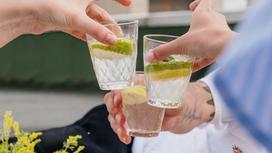 Отдыхающие с бокалами алкоголя