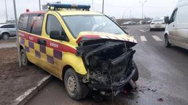 Поврежденная машина скорой помощи стоит на дороге