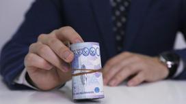 Мужчина держит деньги в руках