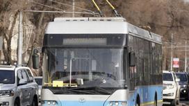 Троллейбус едет по дороге