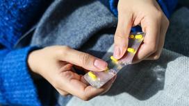 Девушка держит лекарства в руках