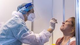Врач берет биоматериал для ПЦР-анализа