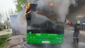Пожарный тушит горящий автобус