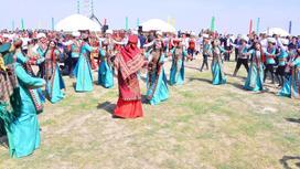 Проведение праздника, женщины танцуют