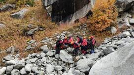 Спасатели эвакуируют пострадавшего