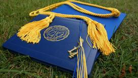Обложки дипломов лежат на траве