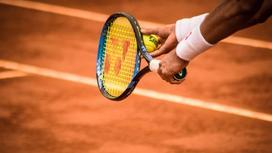 Теннисист с ракеткой и мячом