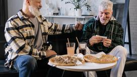 Мужчины обедают за столом