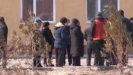 Родственники девочек возле больницы в Алматинской области