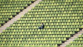 Пустые трибуны на стадионе