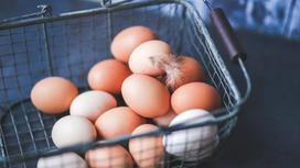 Яйца лежат в корзине