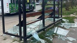 Разбитая автобусная остановка