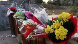 Цветы в мусорных баках