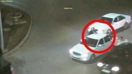 Пассажиры вылезли из окон машины в движении