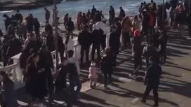 Скопление людей на набережной в Актау