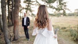 Жених и невеста на проселочной дороге