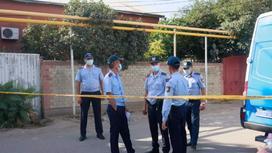 Полицейские у дома в Акбулаке, где произошла стрельба