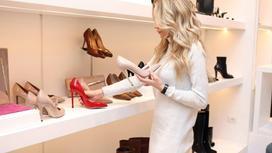 Девушка выбирает туфли в магазине