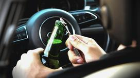 Водитель открывает бутылку пива в машине