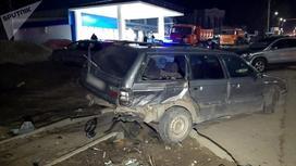 Поврежденная машина стоит возле тротуара