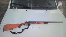 Ружье лежит на капоте автомобиля в Акмолинской области