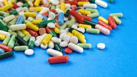 Разные витамины на синем столе