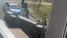 Водителя вызволяют из автомобиля