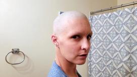 Американка побрила голову