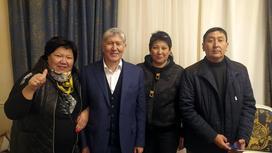 Алмазбек Атамбаев стоит в окружении людей