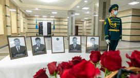 Четыре портрета погибших военных стоят на столе